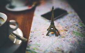Обои макро, стол, карта, кружка, телефон, Эйфелева башня, брелок