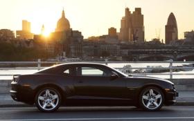 Картинка солнце, город, чёрный, Лондон, Chevrolet, Камаро, Шевроле