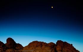 Картинка небо, горы, скалы, луна, синее, жёлтая