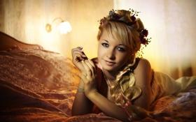 Обои взгляд, кровать, Девушка, платье, прическа, блондинка, лежит