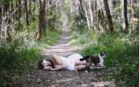 Обои лес, кошка, девушка, деревья, повязка, шатенка, тропинка