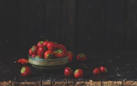 Обои ягоды, темный фон, земляника, клубника, красные