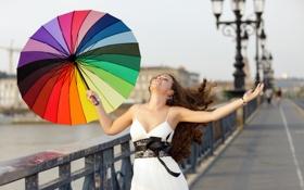 Картинка девушка, радость, мост, зонт, фонари, шатенка