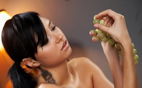 Обои девушка, фон, брюнетка, виноград