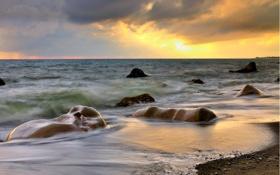 Картинка песок, море, закат, тучи, камни, горизонт, прибой