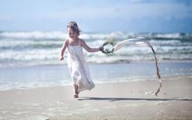 Картинка песок, пляж, ребенок, девочка, бежит, венок