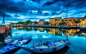 Обои город, река, дома, причал, отражение, лодки