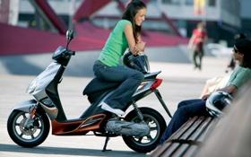 Картинка девушка, скамейка, смех, мужчина, разговор, скутер
