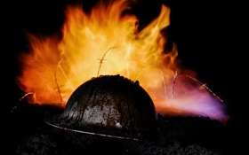 Обои фон, пламя, земля, каска, колючая проволока
