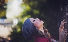 Картинка дерево, шапка, красиво, девушка. смотрит