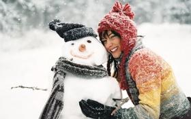 Обои зима, девушка, снег, улыбка, снеговик, обнимашки, потрясающе