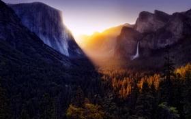 Картинка лес, небо, свет, горы, водопад, долина