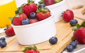 Обои лето, ягоды, черника, клубника, посуда, доска
