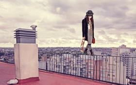 Обои город, крыша, на грани, грим, мим, девушка
