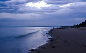 Обои песок, сумерки, тучи, море, столбы