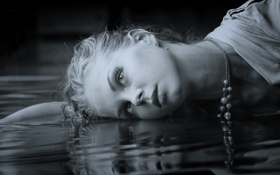 Обои девушка, вода, лежит