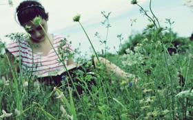 Картинка трава, растение, девушка, брюнетка, обои, лицо, книга. книжка