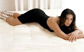 Обои Моника Белуччи, кровать, Monica Belucci, черное платье