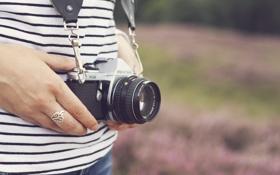 Обои девушка, кольцо, фотоаппарат