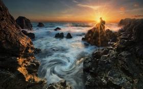 Картинка море, солнце, лучи, блики, камни, скалы, берег