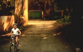 Обои лето, солнце, велосипед, ребенок, вечер, подворотня
