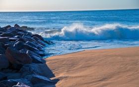 Картинка песок, море, волны, брызги, камни, берег, горизонт