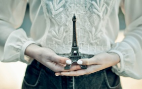 Обои башня, руки, ногти, эйфелева, фигурка