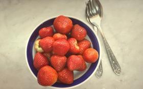 Обои ягоды, клубника, тарелка, ложка, миска, вилка