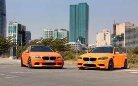 Обои небо, город, здания, bmw, бмв, оранжевые, вид спереди