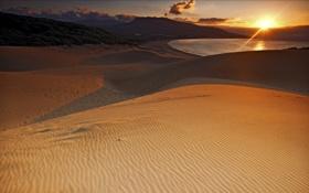 Картинка песок, небо, облака, закат, озеро