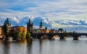Обои облака, мост, река, дома, Прага, Чехия, набережная