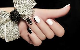 Обои рука, пальцы, черный фон, бантик, маникюр