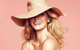Обои взгляд, девушка, улыбка, модель, шляпа, блондинка, розовый фон
