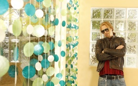 Обои поза, волосы, интерьер, окно, очки, мужчина, длинные