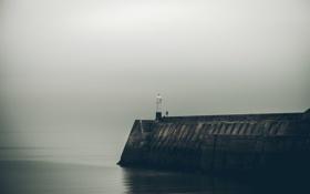 Картинка море, маяк, мужчина, серые облака