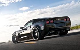 Картинка небо, асфальт, облака, разметка, чёрный, Z06, Corvette