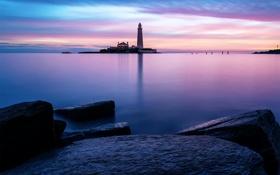Обои камни, небо, St.Marys lighthouse, маяк, гладь, утро, море