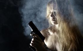 Обои девушка, пистолет, фон