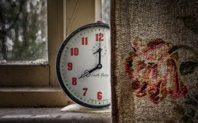 Картинка часы, окно, занавеска