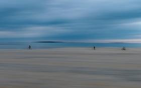 Обои песок, море, небо, облака, велосипед, люди, берег