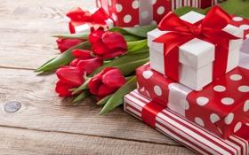Картинка тюльпаны, лежат, коробочки, красные, ленточки, на столе, подарки
