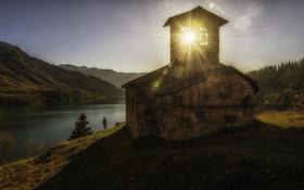 Обои солнце, лучи, пейзаж, озеро, часовня