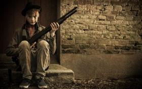 Обои взгляд, оружие, парень