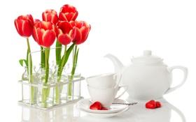 Обои цветы, чайник, конфеты, чашки, сердечки, тюльпаны, ложки