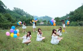Обои лето, девушка, шарики, поляна, игра, веселье