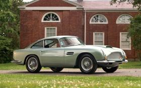 Картинка дорога, трава, дом, Aston Martin, классика, передок, Астон Мартин