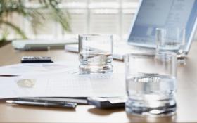 Картинка вода, стакан, ноутбук, документы, бизнес