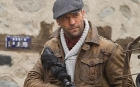 Обои оружие, кадр, куртка, актер, кепка, Jason Statham, Джейсон Стэйтем