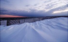 Картинка зима, море, небо, облака, снег, закат, забор