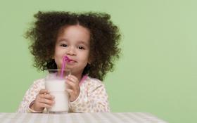 Обои стакан, настроение, волосы, лицо, улыбка, молоко, малыш
